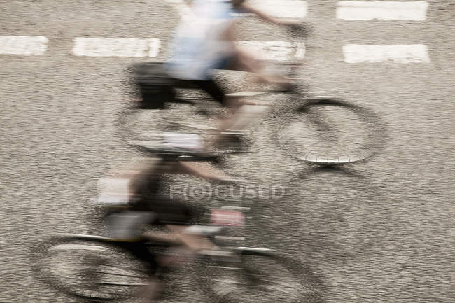 Draufsicht auf zwei Radfahrer, die Beschleunigung auf städtische Straße in Rennsport-Radrennen — Stockfoto