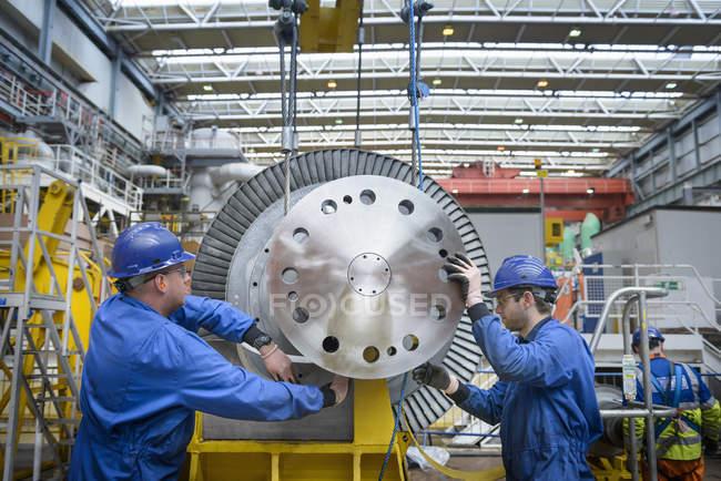 Engenheiros que inspecionam a turbina durante a interrupção da usina — Fotografia de Stock