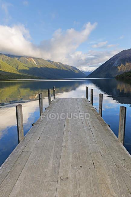 Pier on lake Rotoiti, Nelson Lakes National Park, South Island, Nova Zelândia — Fotografia de Stock