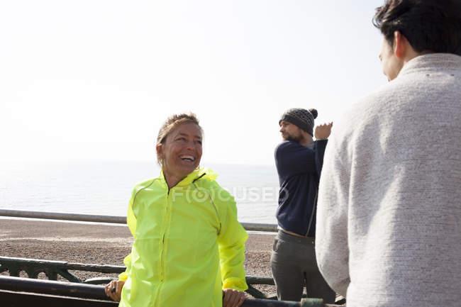 Мужчины и женщины-бегуны отдыхают на Брайтон Бич — стоковое фото