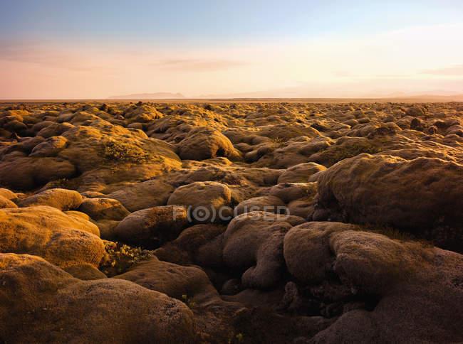 Cobertas de musgo paisagem rochosa na luz do sol — Fotografia de Stock
