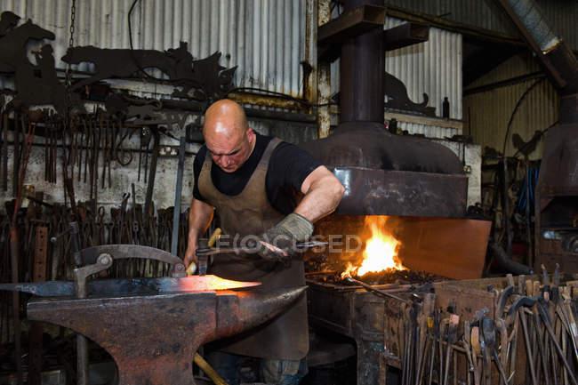 Чоловічий Кавказький Коваль на роботі в майстерні — стокове фото