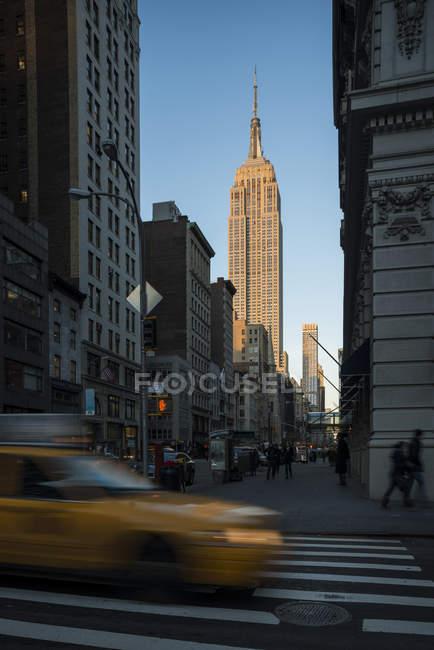 Vista sulla strada di New York con Empire State Building in vista — Foto stock