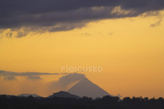 Evening view of erupting Arenal Volcano — Stock Photo