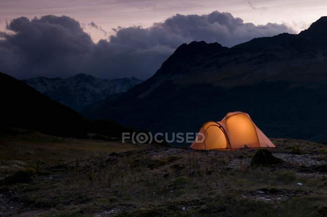Tente de camp illuminé — Photo de stock