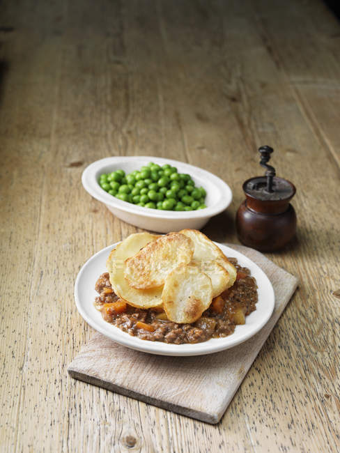Фарш з яловичини із смаженою картоплею та горохом — стокове фото