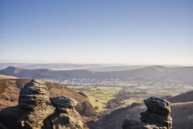 Вид на скальные образования и долины в солнечном свете — стоковое фото
