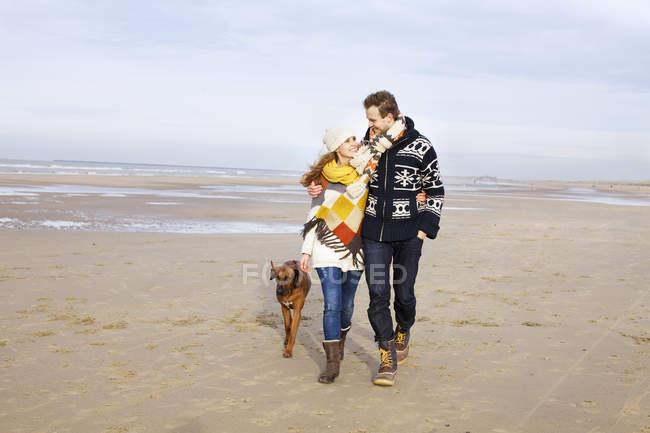 Coppia di adulti e cane passeggiando sulla spiaggia, Bloemendaal aan Zee, Olanda — Foto stock