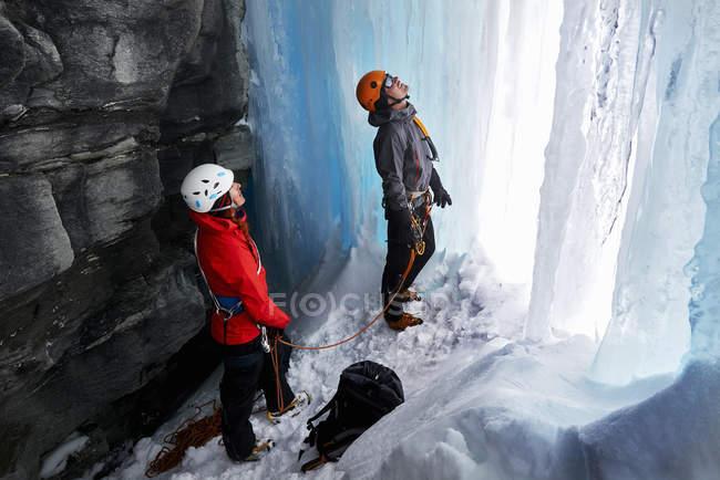 Coppia in grotta arrampicata su ghiaccio, Saas Fee, Svizzera — Foto stock