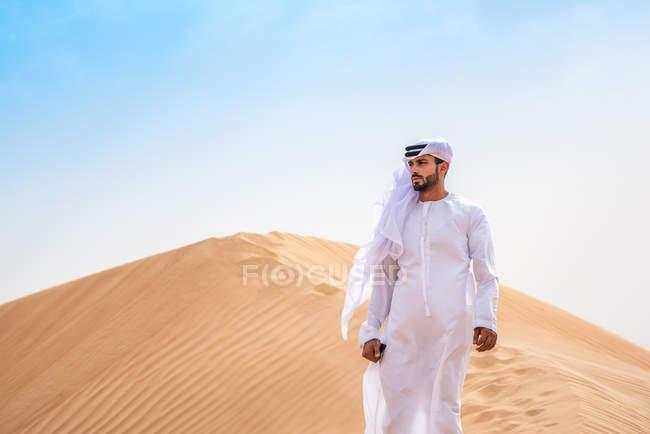 Nahen Ostens Mann Tracht auf einsamen Düne, Dubai, Vereinigte Arabische Emirate — Stockfoto
