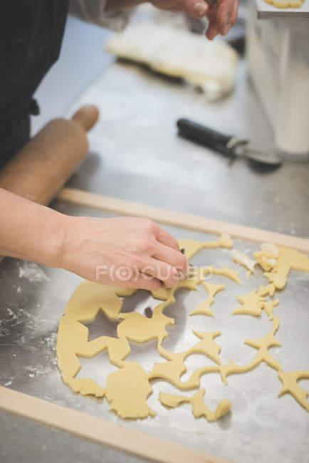 Cropped image de pâte coupe Boulanger avec de la moisissure dans cuisine — Photo de stock