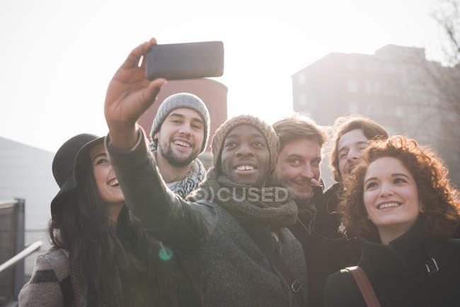 Sechs junge Erwachsene Freunde unter Smartphone selfie — Stockfoto
