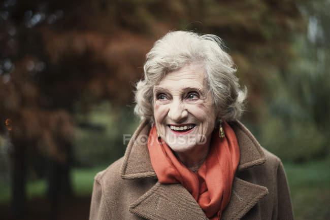 Portrait de sourire à l'extérieur femme senior — Photo de stock