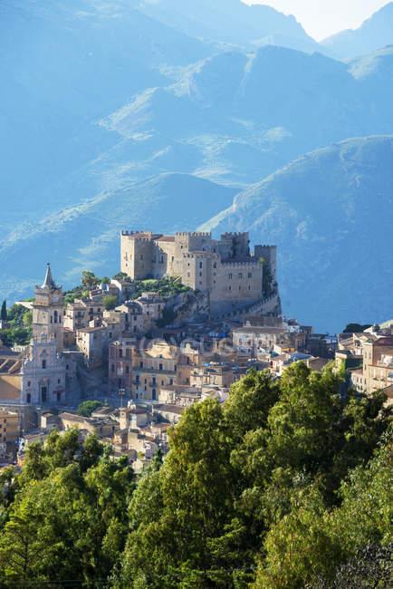 Vista elevada del castillo y las montañas de Caccamo, Caccamo, Sicilia, Italia - foto de stock
