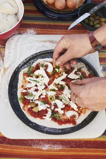 Femelle mains préparation pizza sur la table de jardin — Photo de stock
