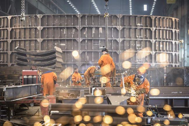 Trabalhadores de moagem de construção de metal na fábrica de fabricação naval — Fotografia de Stock