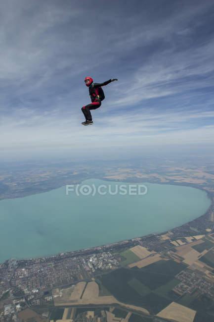 Paracaidista libre cayendo por encima de Siofok, Somogy, Hungría - foto de stock