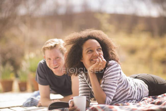 Médio casal adulto relaxante ao ar livre — Fotografia de Stock