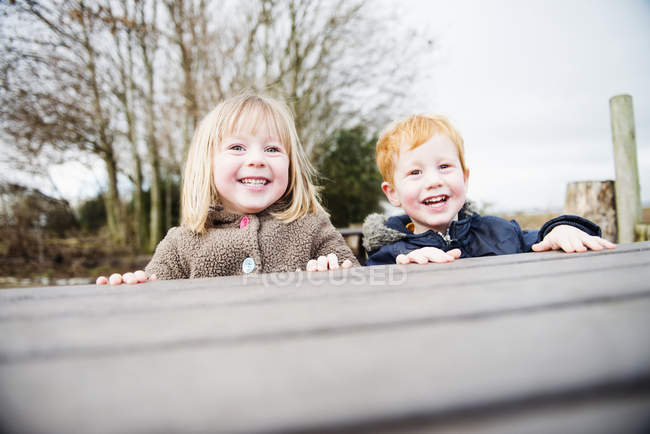 Little brother and sister playing outdoors — Stock Photo