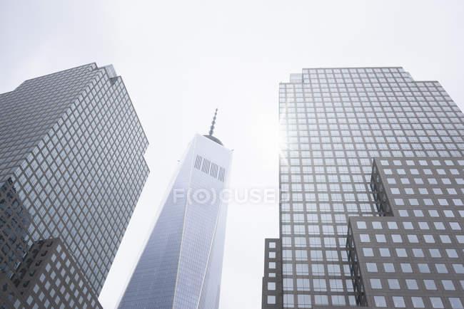 Низький кут зору сонячної один Всесвітнього торгового центру, Нью-Йорк, США — стокове фото