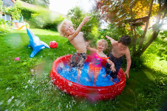 Bambini che schizzano nella piscina per bambini — Foto stock