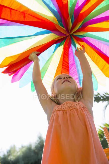 Chica poniendo decoración en fiesta de cumpleaños - foto de stock