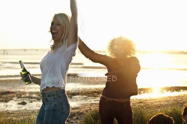 Mãe e filha festejando na praia de Bournemouth, Dorset, Reino Unido — Fotografia de Stock