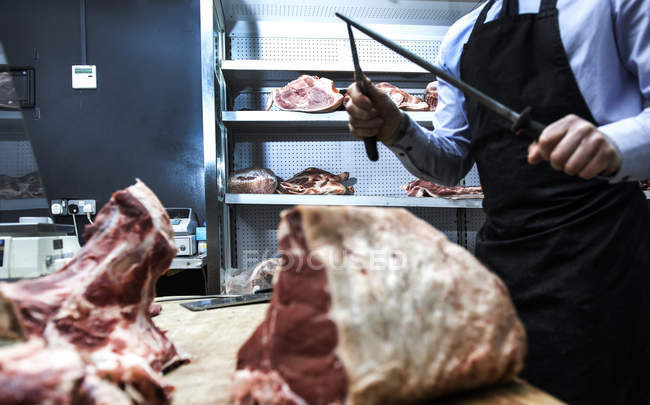 Coltello da macellaio affilato su coltello in acciaio in macelleria, sezione centrale — Foto stock