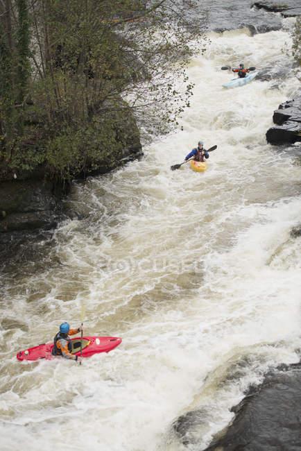 Високий кут огляду качників дитячий річка ді біла вода пороги, Лленгольлен, Північний Уельс — стокове фото