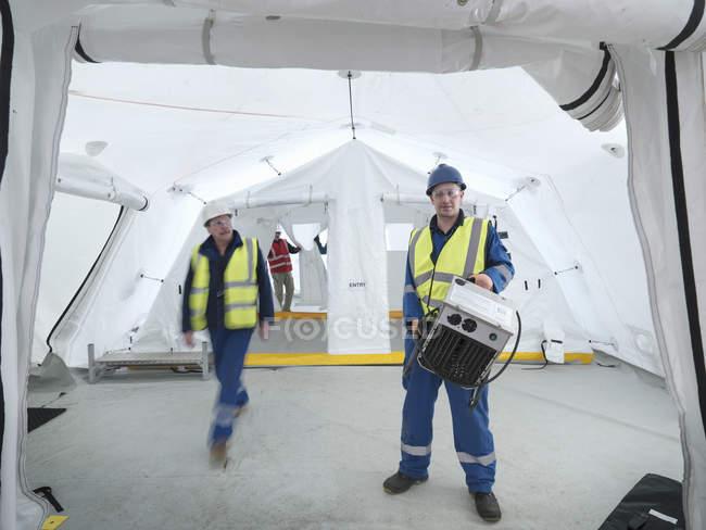Портрет работников аварийно-спасательной группы в палатке центра управления — стоковое фото