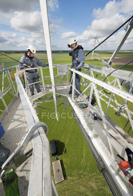 Maintenance work on the blades of a wind turbine — Stock Photo