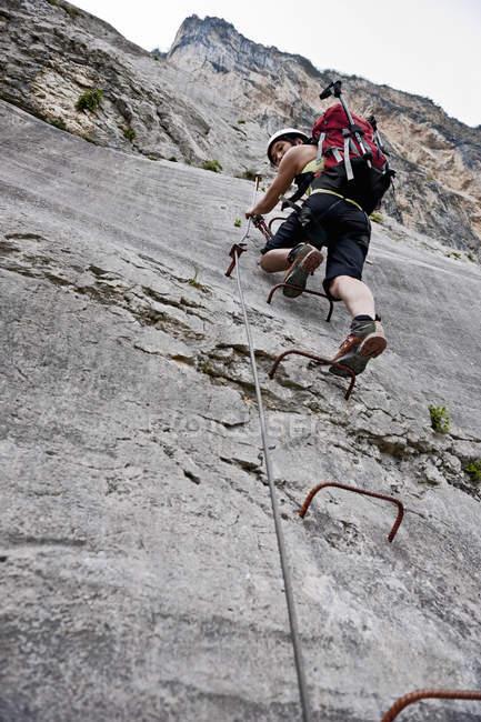 Жіночий альпініст на спиць колеса через ferrata Че Гевара, Монте Casale, Італія, Трентіно — стокове фото