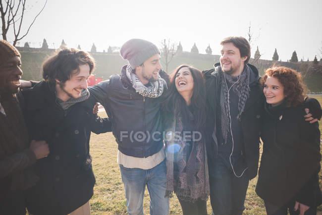 Cinq jeunes amis adultes dans le parc — Photo de stock
