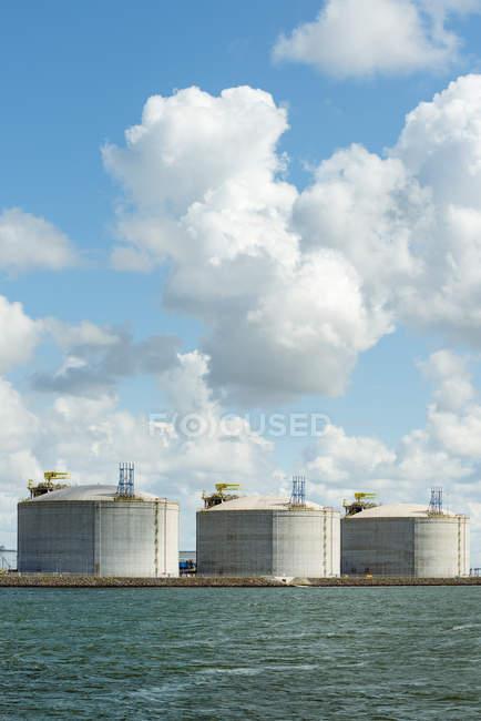 Enormes tanques de GNL ou gás natural liquefeito no porto de Roterdão — Fotografia de Stock
