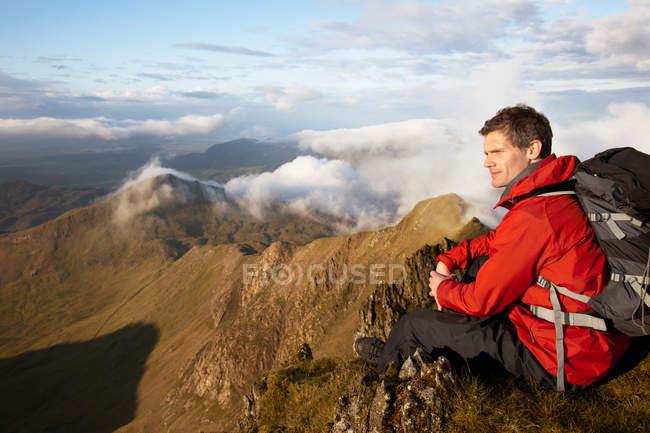Randonneur surplombant la vue depuis le sommet — Photo de stock
