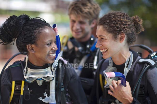 Трое молодых взрослых аквалангистов готовятся к практике бассейн — стоковое фото