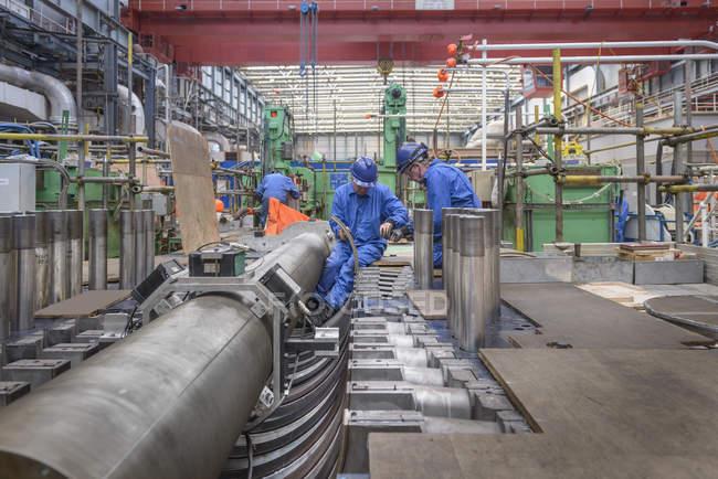 Ingegneri che lavorano alla riparazione dell'alloggiamento della turbina durante l'interruzione della centrale elettrica — Foto stock