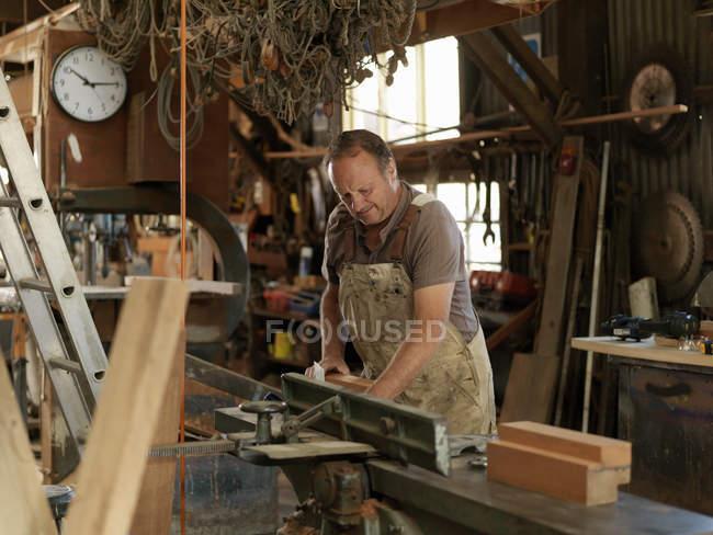 Будівельник човна в майстерні — стокове фото