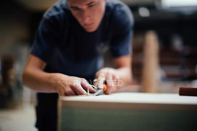 Молоді чоловіки Карпентер використання бурового в майстерні — стокове фото