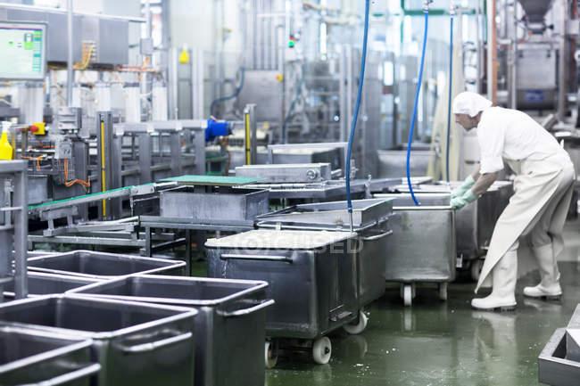 Чоловічий працівник, що працює на заводі з органічного виробництва тофу — стокове фото
