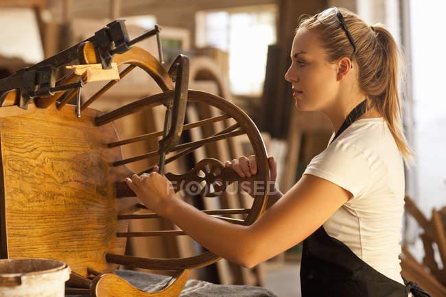 Карпентер вимірювання дерев'яний стілець — стокове фото
