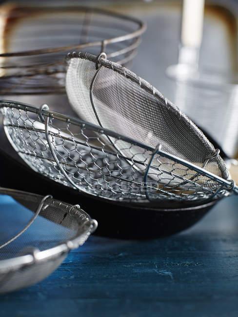 Металеві Сита і святковий декор на стіл — стокове фото