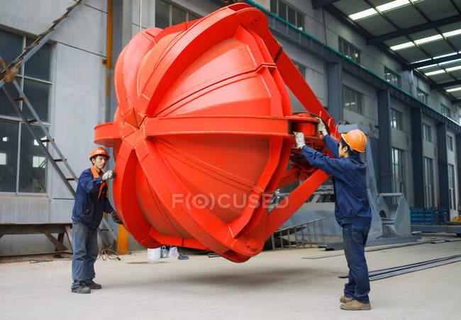 Працівники працюють разом на фабриці з виробництва журавлів (Китай). — Stock Photo