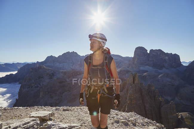 Жіночий турист, що прибувають на Paternkofel гору пік, Доломітових Альп, Sexten, Південний Тіроль, Італія — стокове фото
