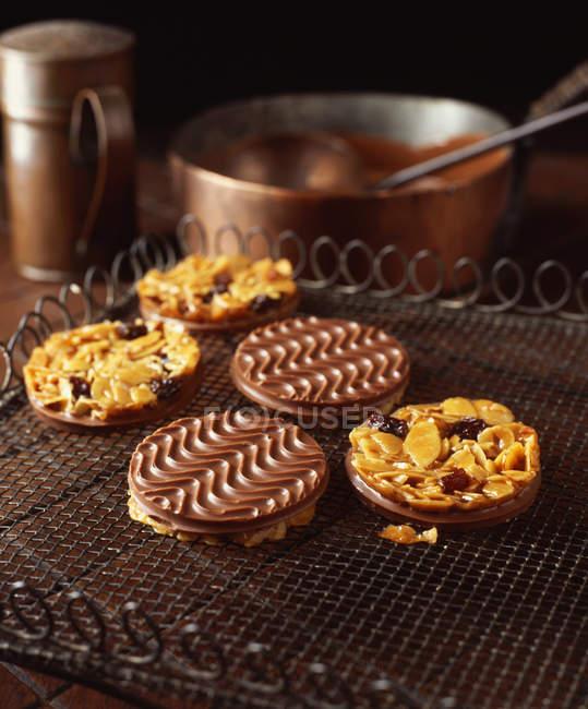Galletas florentinas en refrigeración rack recubiertas con chocolate - foto de stock
