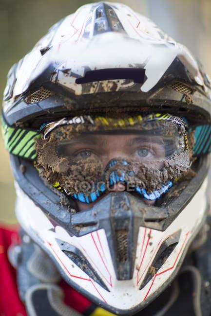 Крупный план мужского мотокросса в грязном шлеме и очках — стоковое фото