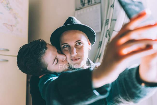 Lesben In Der Küche | Junge Lesben Paar Unter Smartphone Selfie In Kuche Individualitat