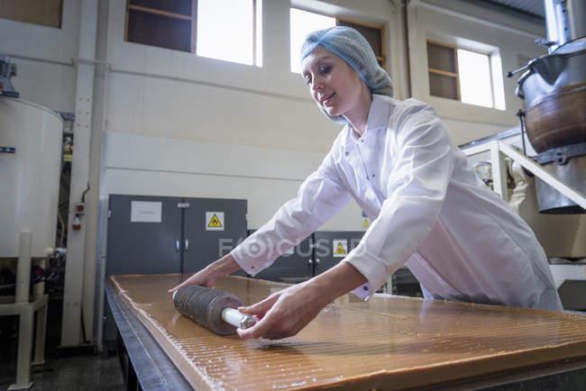Fudge do pastelery da estaca do trabalhador na fábrica do chocolate — Fotografia de Stock