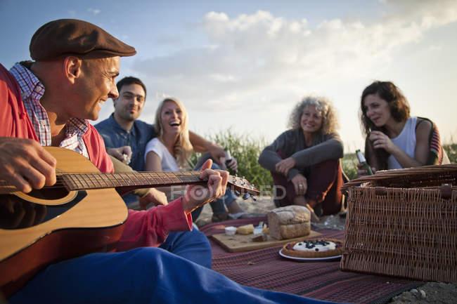 Cinque amici picnic sulla spiaggia di Bournemouth, Dorset, Regno Unito — Foto stock