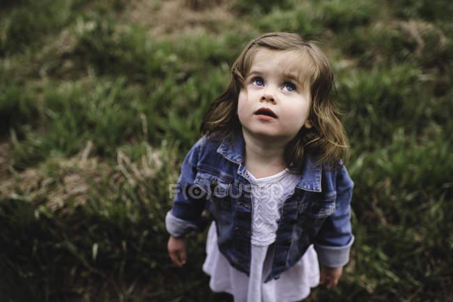 Портрет молодой девушки, стоящей в поле — стоковое фото